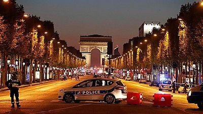 Un policía muerto y dos heridos graves en un atentado en París reinvindicado por el EI