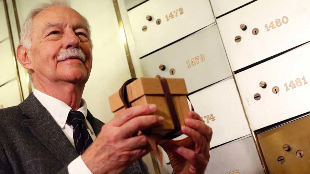 Eduardo Mendoza cumple con dos de las tradiciones del premio Cervantes