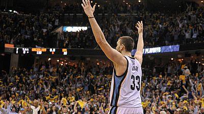 Una canasta decisiva de Marc Gasol dio la victoria a los Grizzlies sobre los Spurs de su hermano Pau, con los que ha empatado la serie que viaja de vuelta a San Antonio.
