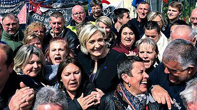Le Pen y Macron se fajan cuerpo a cuerpo en una huelga industrial del norte de Francia