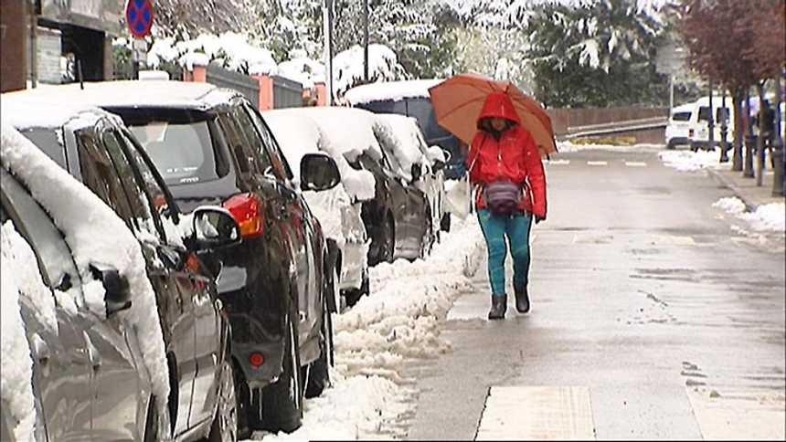 En Puigcerdá, Girona, una intensa nevada ha dejado espesores de hasta 20 centímetros