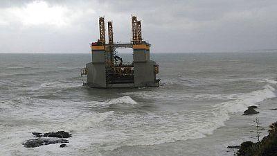 Una gabarra utilizada para obras marítimas acaba varada frente a la costa de Benamáldena