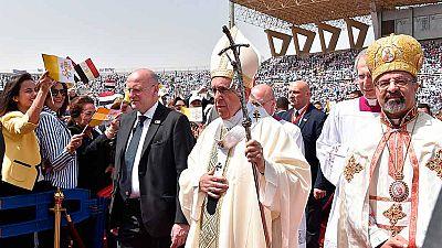 El papa rechaza cualquier tipo de extremismo en una misa multitudiaria en El Cairo