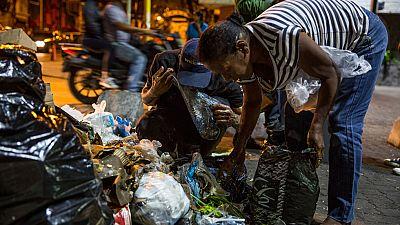 Aumentan en Venezuela las personas que buscan comida en la basura para sobrevivir