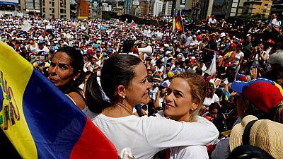 Mujeres venezolanas marchan a favor y en contra del régimen de Maduro