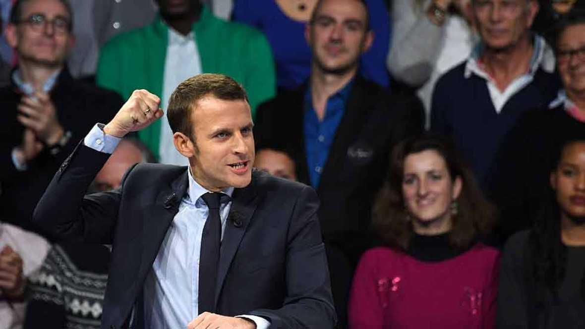 El candidato socioliberal Emmanuel Macron ha ganado las elecciones presidenciales francesas con unos 30 puntos de ventaja sobre su rival, la ultraderechista Marine Le Pen, según las primeras proyecciones de los institutos demoscópicos.