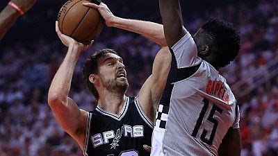 Los Spurs de Pau Gasol cayeron ante los Rockets de Harden, que han igualado la serie, mientras que los Raptors de Serge Ibaka han caído eliminados en manos de los Cavaliers de LeBron James.