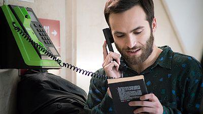 Cuéntame cómo pasó - Carlos declara su amor a Karina desde una cabina telefónica