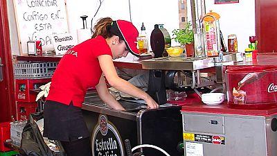 Polémica en torno al uniforme de las empleadas de la cafetería de una gasolinera en La Carlota Córdoba