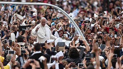 El papa canoniza a dos de los pastorcillos de Fátima ante miles de peronas