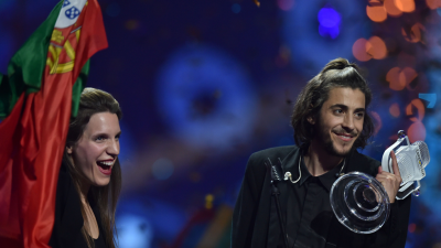 Salvador canta con su hermana para celebrar su victoria