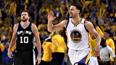 Los Golden State Warriors han sumado la primera victoria en la final de la Conferencia Oeste de la NBA (1-0) frente a los San Antonio Spurs tras apuntarse una espectacular remontada en la apertura de la serie (113-111), ya que han llegado a perder po