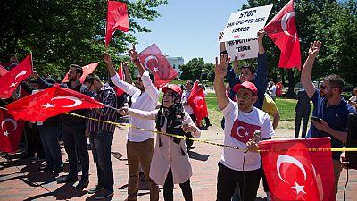 Los guardaespaldas de Erdogan agreden a manifestantes turcos frente a la embajada en Estados Unidos