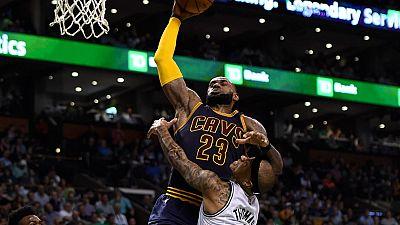 Cleveland consiguió el primer punto de la Final de Conferencia Este contra Boston (104-117), gracias a un gran partido de LeBron James, bien secundado por Love y Thompson.