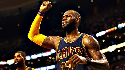 El alero LeBron James logró 33 puntos y siete asistencias como director del ataque de los visitantes Cavaliers de Cleveland, que vencieron por paliza de 86-130 a los Celtics de Boston en el segundo partido de las finales de la Conferencia Este.