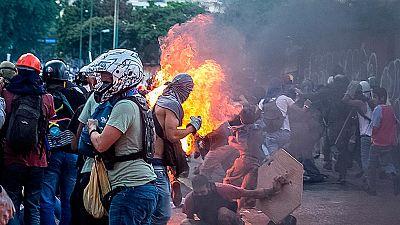 Opositores prenden fuego a un hombre durante una protesta en Caracas