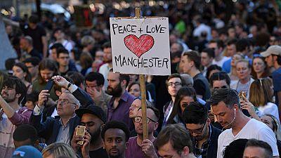 Centenares de personas asisten a una vigilia en Manchester por las víctimas del atentado suicida