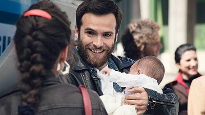 Cuéntame cómo pasó - Carlos aprendiendo los gajes de ser padre