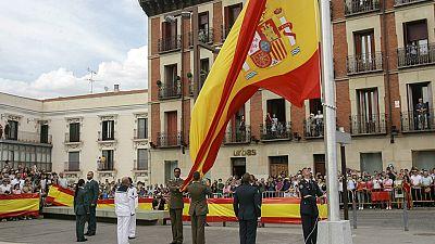 Izado de la bandera en la Plaza de España de Guadalajara