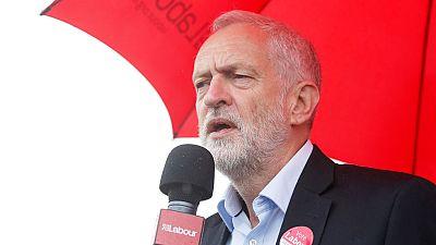 Corbyn acusa a May de recortar medios a la Policía y reclama su dimisión