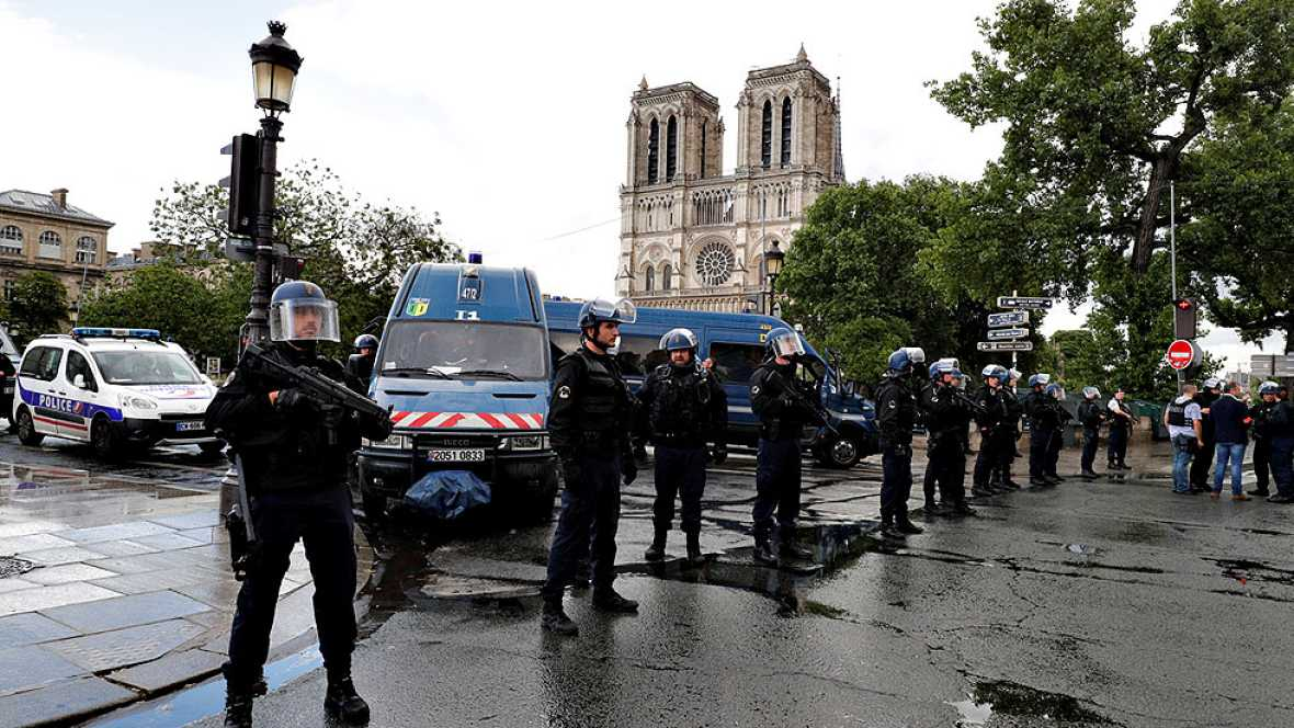 Un policía francés repele un ataque frente a la catedral de Notre Dame, en París