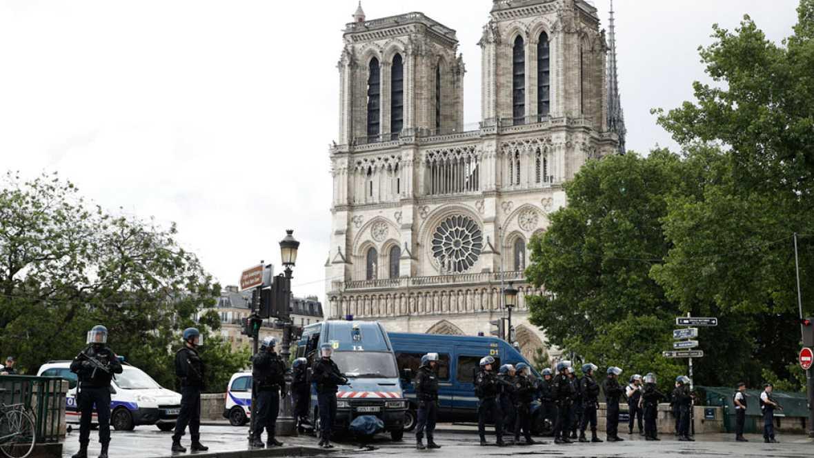 Una patrulla de policía repele el ataque de un hombre con un martillo junto a Notre Dame
