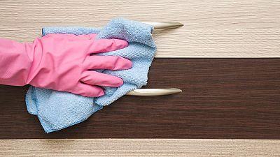 Las mujeres en España siguen siendo las que asumen la mayor parte del trabajo doméstico pues en la mayoría de los hogares son las que preparan la comida, friegan los platos, hacen la compra y limpian, mientras que ellos solo suelen hacer las reparaci