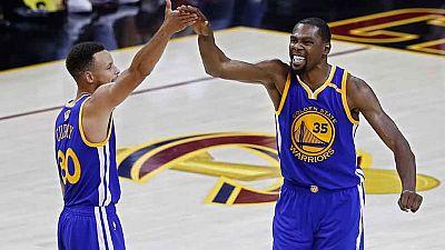 Los Golden State Warriors han sumado la tercera victoria en las Finales de la NBA contra los Cavaliers (113-118) y se han quedado a un triunfo de conseguir el anillo de campeones.