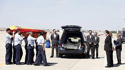 Los restos mortales de Ignacio Echeverría recibidos a pie de pista por Mariano Rajoy