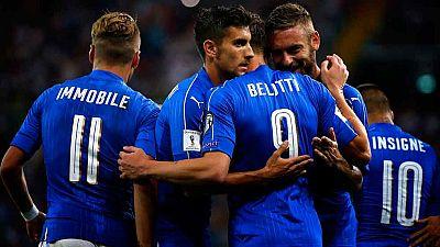 Con un contundente 5-0, Italia mantiene el pulso con España al frente del grupo G, en el que Albania se impuso 0-3 en Israel.