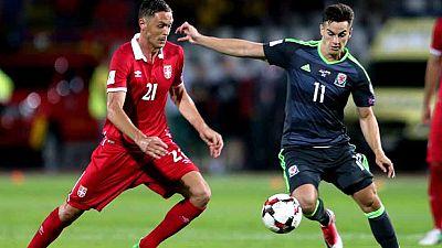 La selección serbia ha empatado con Gales y sigue líder del grupo D, con los mismos puntos que Irlanda, que tampoco pasó del empate con Austria. Moldavia y Georgia completaron la jornada con otro empate, 2-2.