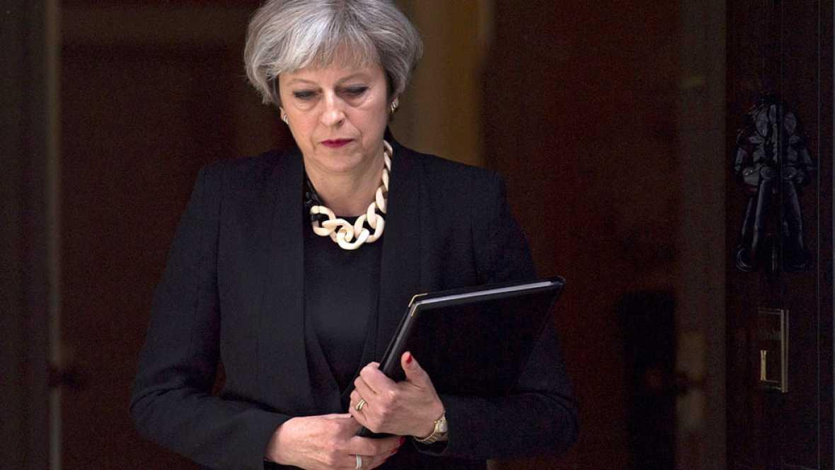 Theresa May trata de cerrar un acuerdo de legislatura con el DUP, y convivir con su propio partido