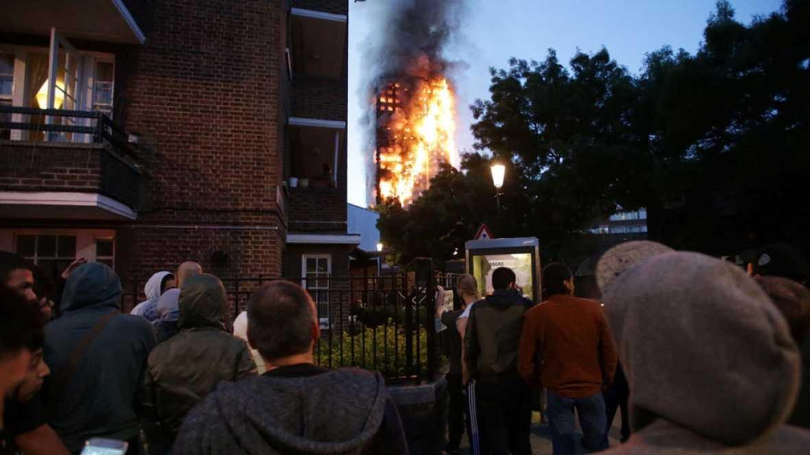 Varios muertos y decenas de heridos en el incendio de un edificio de 27 pisos en Londres