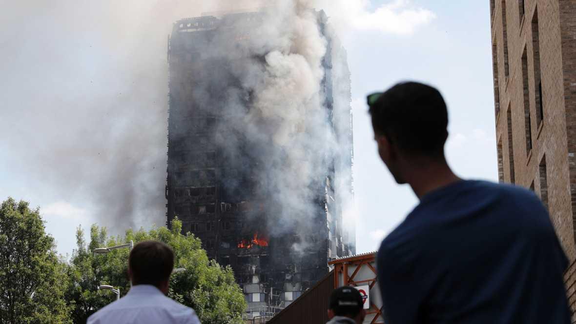 "Testigos del incendio que consume un edificio de viviendas en Londres describen un espectaculo ""aterrador"""
