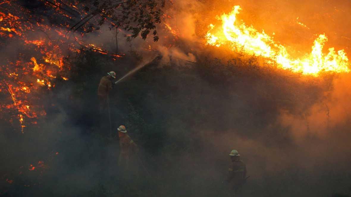 El incendio se mantiene activo en cuatro frentes y en la zona trabajan 2.000 bomberos. España ha enviado cuatro aviones y 200 militares de la Unidad de Emergencias. Varias familias que intentaba escapar por una carretera se vieron atrapadas por el fu