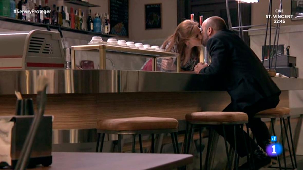 Servir y proteger - María besa a Osorio