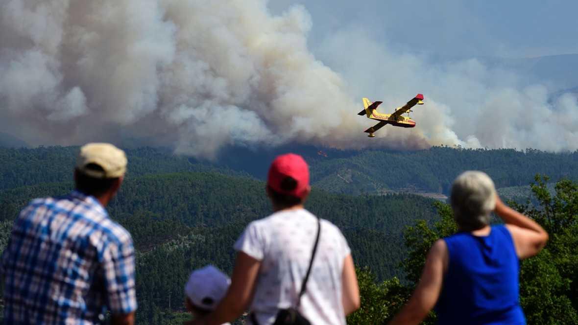 El incendio declarado en el centro de Portugal avanza hacia el norte y los bomberos luchan sin descanso contra las llmas