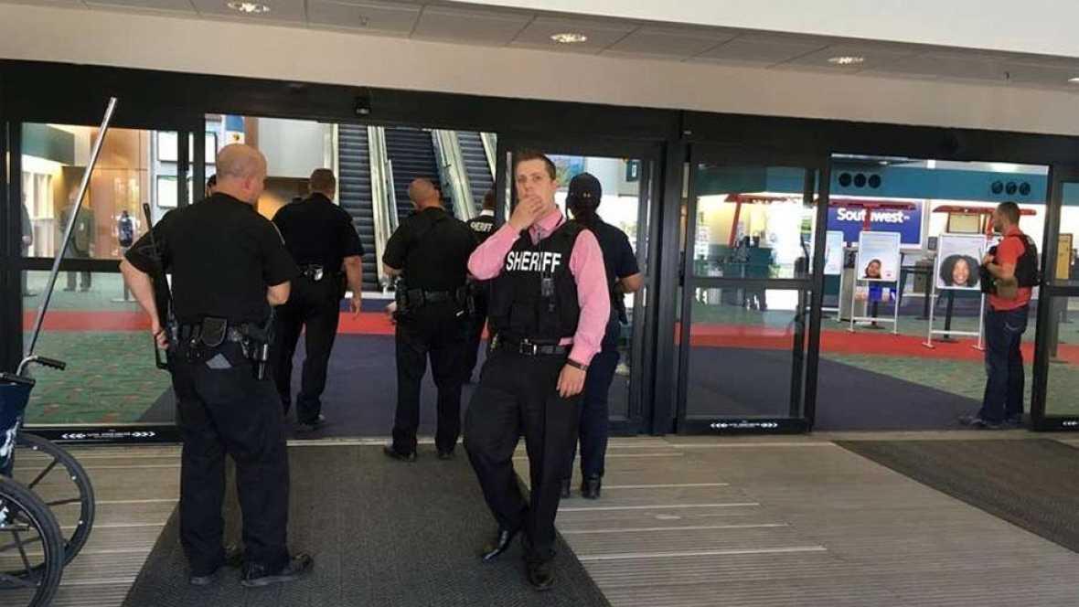 El ataque a un policía que fue apuñalado ha provocado la evacuación y el cierre del aeropuerto Bishop International de Flint (Michigan, EEUU), en el que ningún pasajero resultó herido, informaron las autoridades.El agente fue trasladado a un hospital