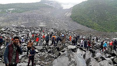 China - Un deslizamiento de tierra deja a 140 personas enterradas en Sichuan