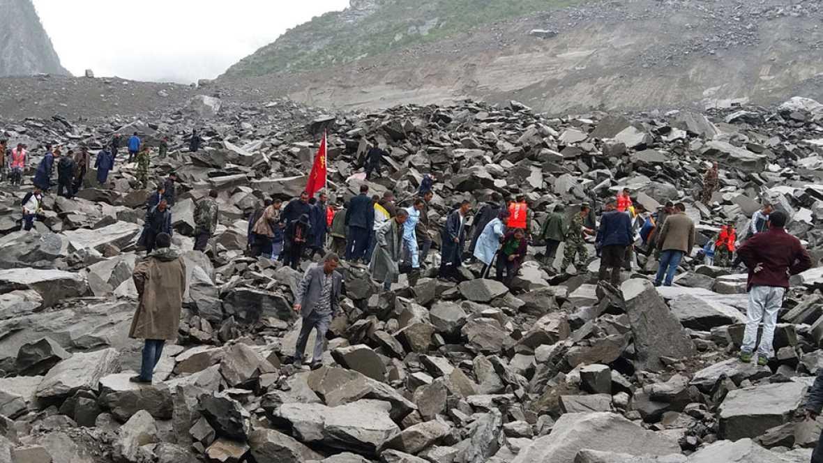 Grandes rocas sepultan un pueblo del condado de Maoxian, en la provincia china de Sichuan