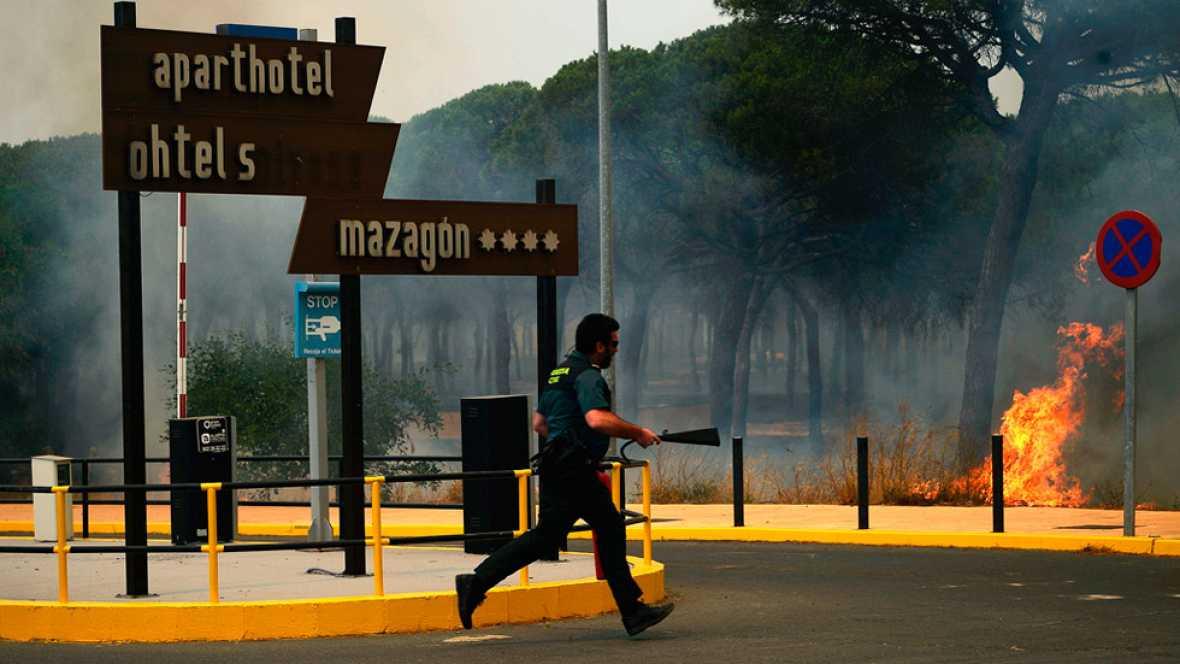 Doscientos sesenta profesionales luchan contra los cautro focos del incendio de Mazagón y Moguer