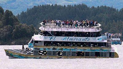 Los equipos de rescate colombianos buscan a los desaparecidos en el naufragio de un barco en el embalse de Guatapé, con cerca de 170 personas a bordo.