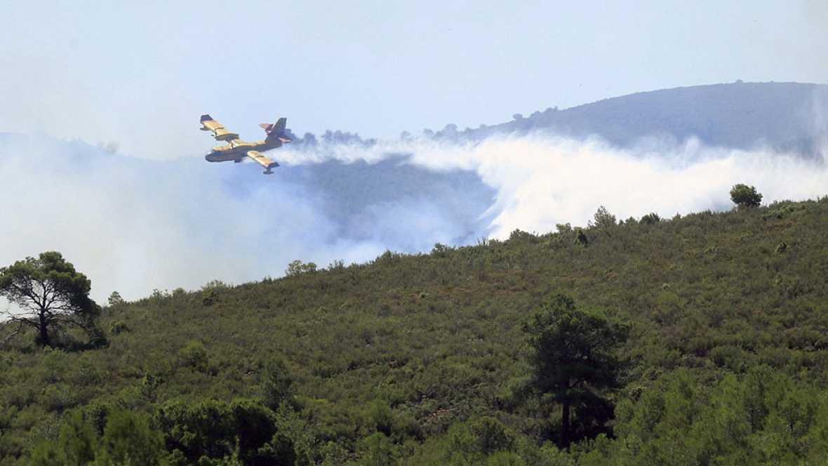 Más de 300 efectivos trabajan en un incendio en la Sierra Calderona