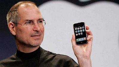 """El revolucionario teléfono móvil iPhone cumple este jueves diez años desde que su primera generación llegó a las tiendas, un periodo en el que el gigante tecnológico Apple ha vendido más de mil millones de unidades de su producto estrella.""""El iPhone"""
