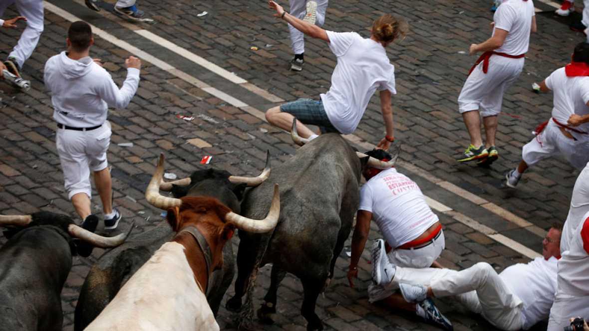 Segundo encierro de los Sanfermines 2017 con un toro de José Escolar rezagado, vuelto a los corrales