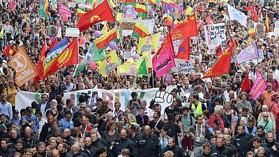 """Miles de personas se manifiestan  en  el centro de Hamburgo bajo el """"lema Solidaridad sin Fronteras en lugar de G20""""."""