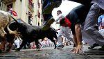 Los toros hacen caer a varios mozos en la calle Estafeta