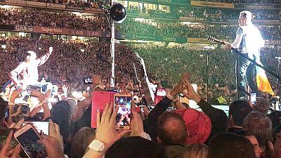 Un fan en silla de ruedas de Coldplay es llevado en volandas y termina tocando con ellos