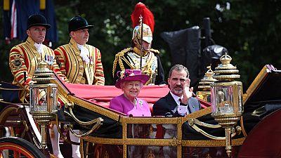 La reina Isabel II y el duque de Edimburgo recibieron hoy a los Reyes de España con una solemne bienvenida oficial antes de acompañarles en carroza hasta el Palacio de Buckingham, donde residirán durante su visita de Estado