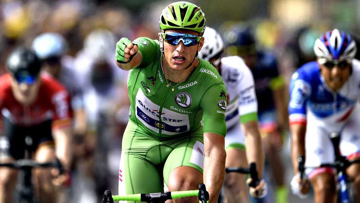 El alemán Marcel Kittel sumó hoy su quinta victoria en esta edición del Tour de Francia, la decimocuarta en total, tras imponerse sin problemas en el esprint de Pau, en una etapa en la que no hubo cambios en la general, liderada por el británico Chri